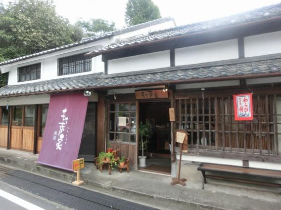 行列ができる高知市種崎の【もち蔵家】で一番人気の幻のわらび餅とどら焼きを買って食べた